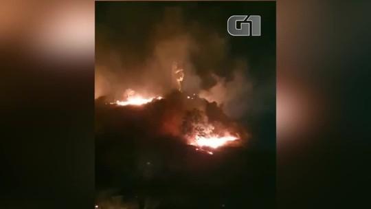 Incêndio atinge vegetação e ameaça monumento de Nossa Senhora da Vitória, em Oeiras