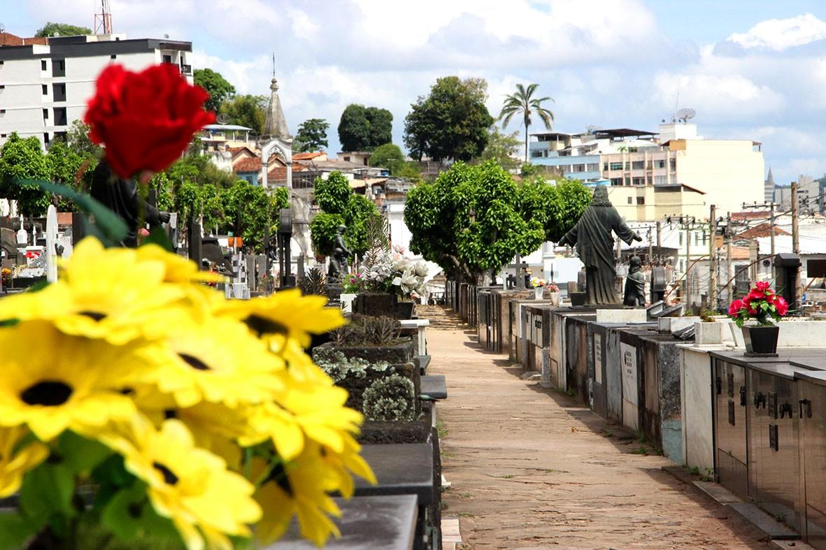Prefeitura de Juiz de Fora abre mais de 100 covas rasas em um mês no Cemitério Municipal e faz mudanças para humanizar velórios