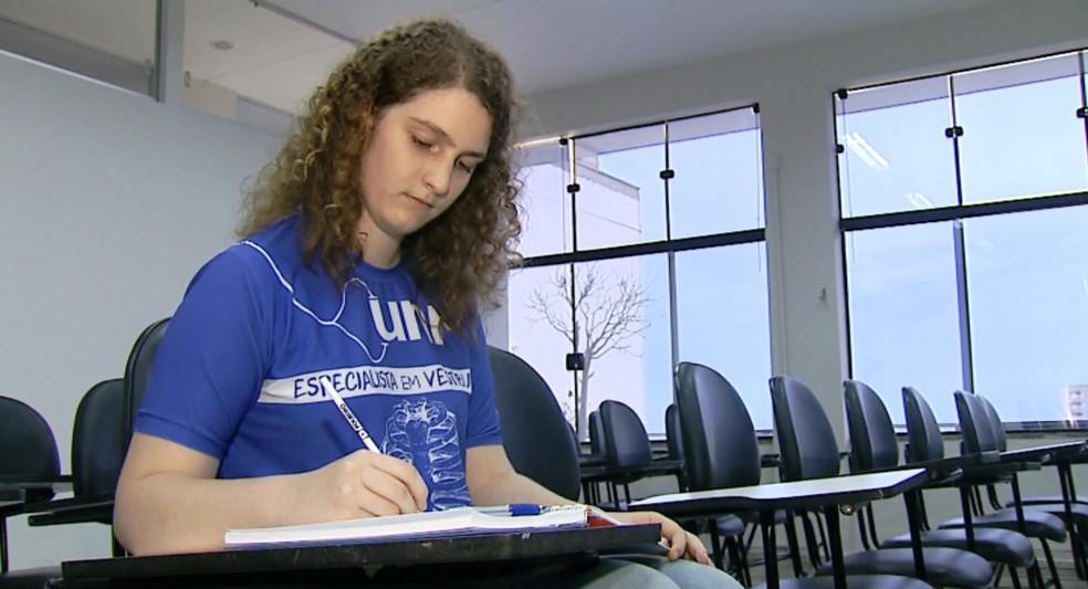 A estudante Emanuelle Marie Cassin Passarini passou em medicina na USP de Bauru (Foto: Reprodução/ EPTV)