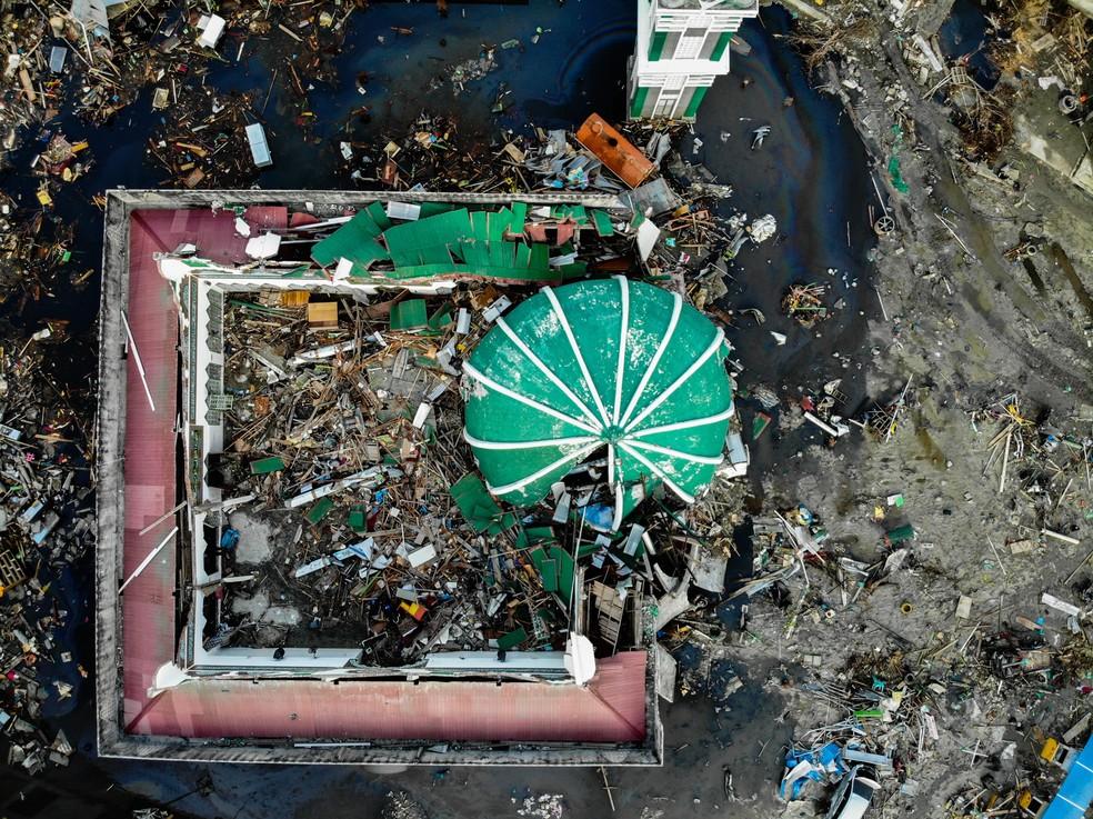 Imagem aérea mostra a Grande Mesquita Baiturrahman destruída após terremoto e tsunami em Palu, na Indonésia — Foto: Jewel Samad/AFP