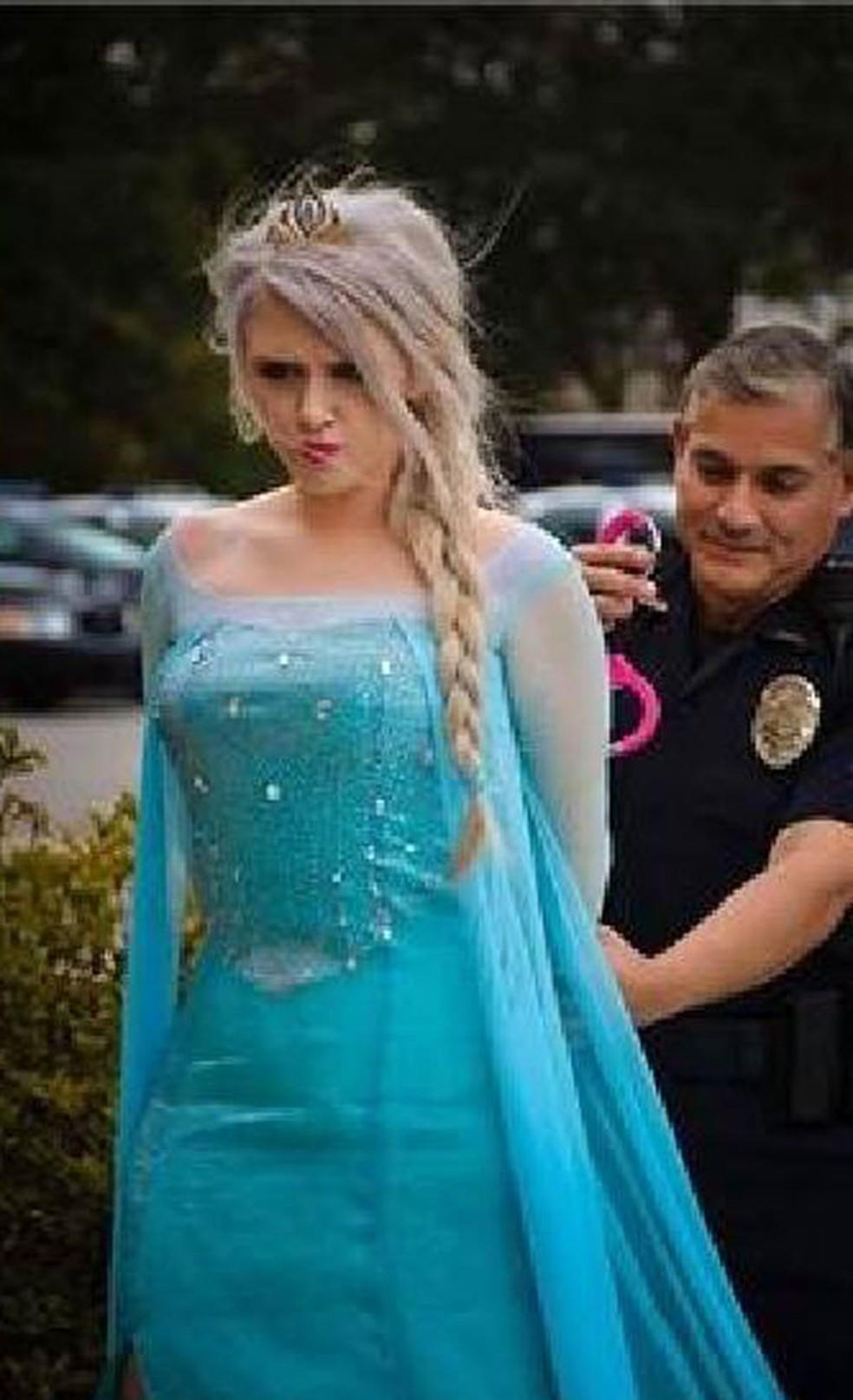 Polícia dos EUA 'prende' a Rainha Elsa, suspeita de trazer onda de frio ao país — Foto: McLean Police Department