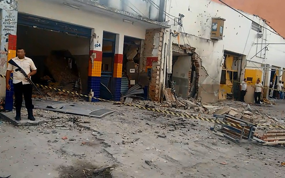 Alvo de ataque, empresa de segurança de valores ficou destrúda na cidade de Eunápolis (Foto: Taísa Moura/ TV Santa Cruz)