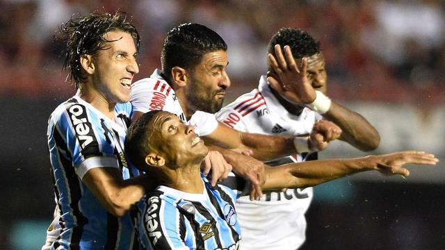 Arboleda, Trellez, Geromel e Madson em lance de São Paulo x Grêmio