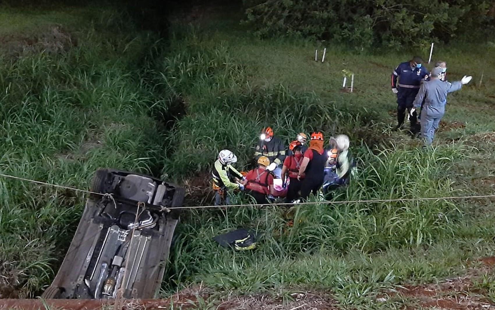 Mulheres ficam feridas após carro cair no córrego Retiro Saudoso em Ribeirão Preto, SP