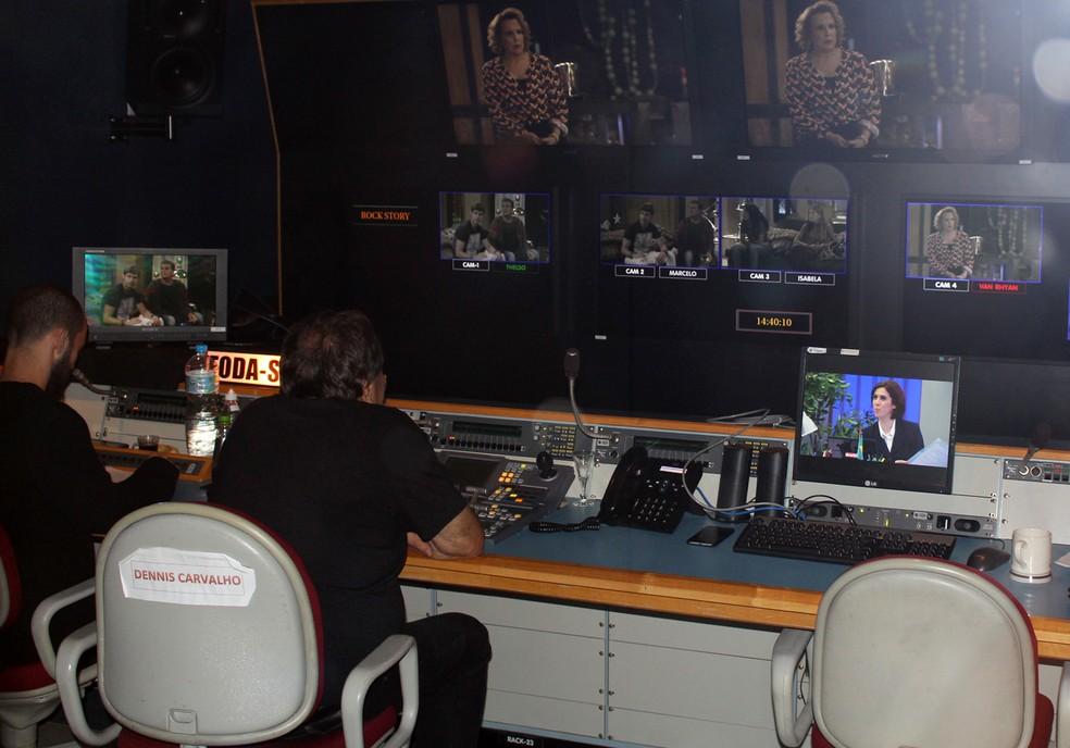 Rolou até flagra do diretor Dennis Carvalho no switcher, de onde comanda as gravações (Foto: TV Globo)