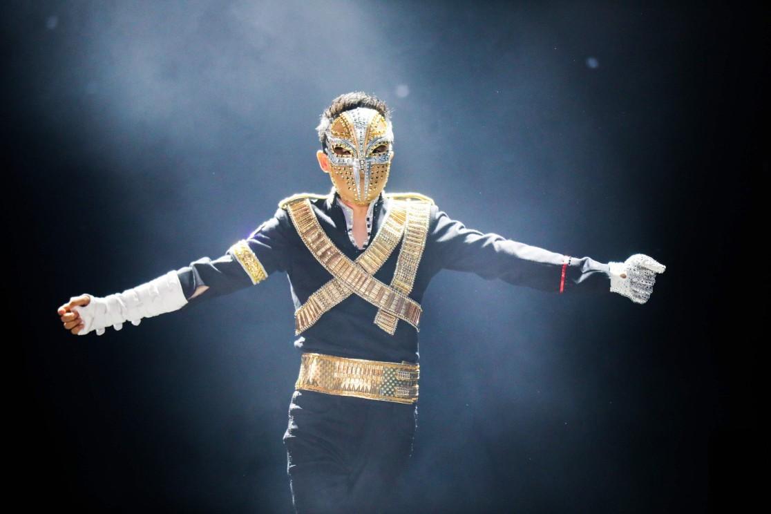 Fantasiado, Jack Ma dança ao som de um medley de músicas de Michael Jackson durante festa anual da Alibaba