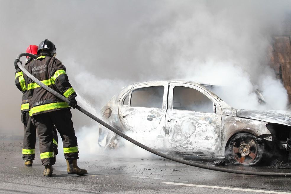 Bombeiros controlam fogo em táxi no Recife  — Foto: Marlon Costa/Pernambuco Press