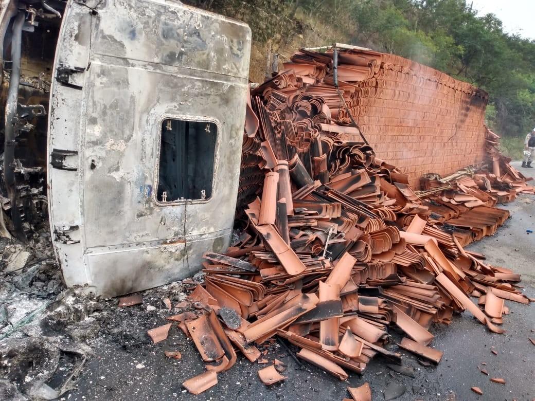 Caminhão carregado com telhas tomba e pega fogo na AL-115, em Palmeira dos Índios - Notícias - Plantão Diário