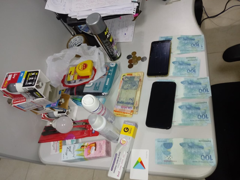 Dupla é presa suspeita de aplicar golpe com cédulas falsas no sudoeste da BA; R$ 4,4 mil foram apreendidos — Foto: Divulgação/SSP-BA