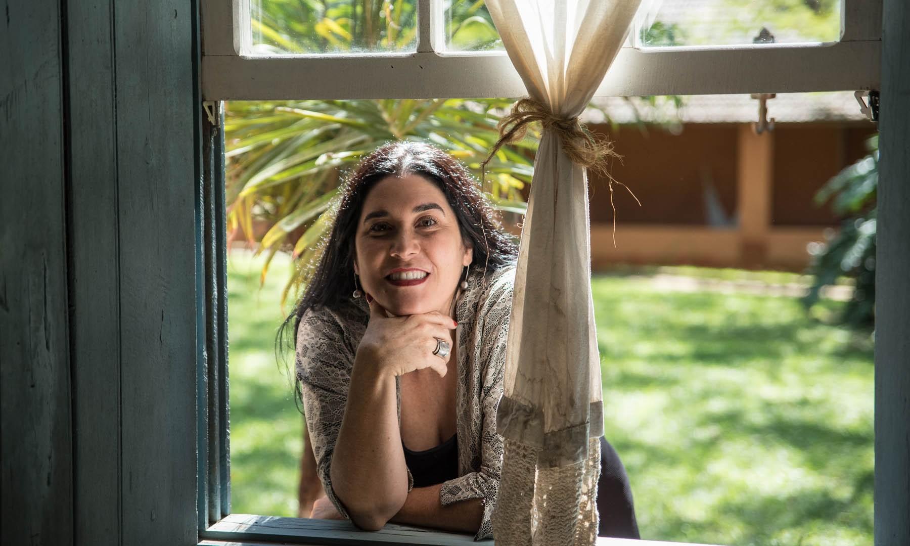Mônica Salmaso chega aos 50 anos entre as grandes cantoras do Brasil