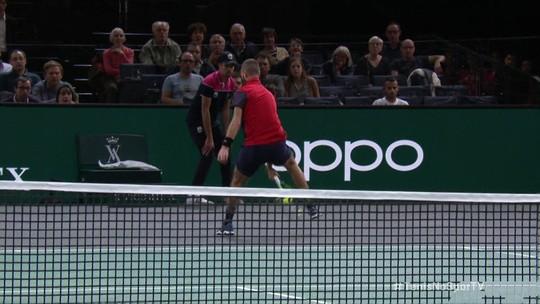 Tenista francês dá show, leva Monfils ao chão e ganha ponto com dois lances entre as pernas