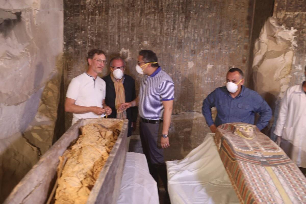 Tumbas descobertas por franceses abertas em coletiva de imprensa (Foto: Egyptian Ministry of Antiquities)