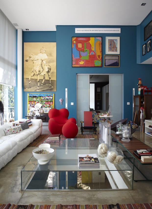 O arquiteto Leo Romano construiu uma casa de 375 m² com espaço para todos os seus hobbies. Ele cria pavões soltos no jardim e coleciona poltronas e cadeiras de design. Na decoração, tons intensos nas paredes, para receber seu acervo de obras de arte. Dest (Foto: Victor Affaro/Casa e Jardim)