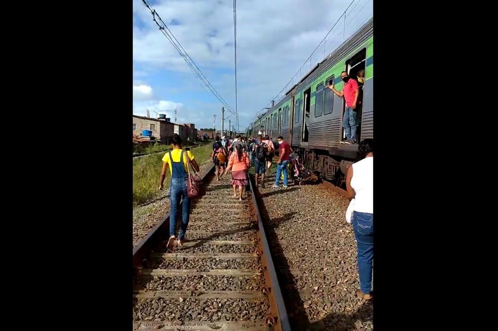 Passageiros caminham pelos trilhos do Metrô do Recife após falha em trem na Estação Aeroporto — Foto: Reprodução/WhatsApp