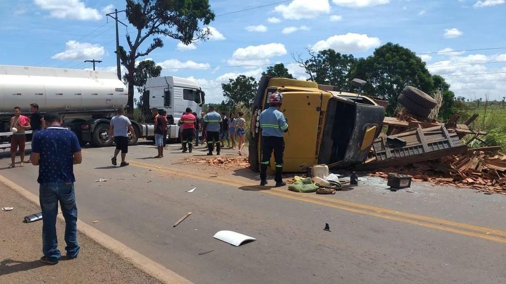 Veículo invadiu a pista contrária e causou o acidente em Bacabal (MA) — Foto: Divulgação/Fábio Costa