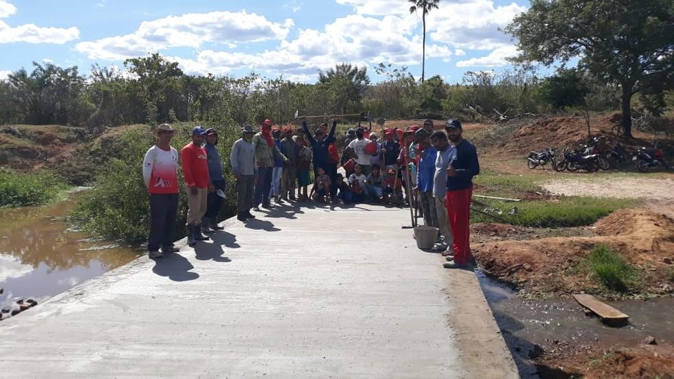 Cerca de 40 moradores se reuniram para construir ponte no Sul do Piauí — Foto: Arquivo Pessoal