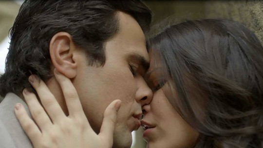 Maria Vitória dá beijo apaixonado em Vicente