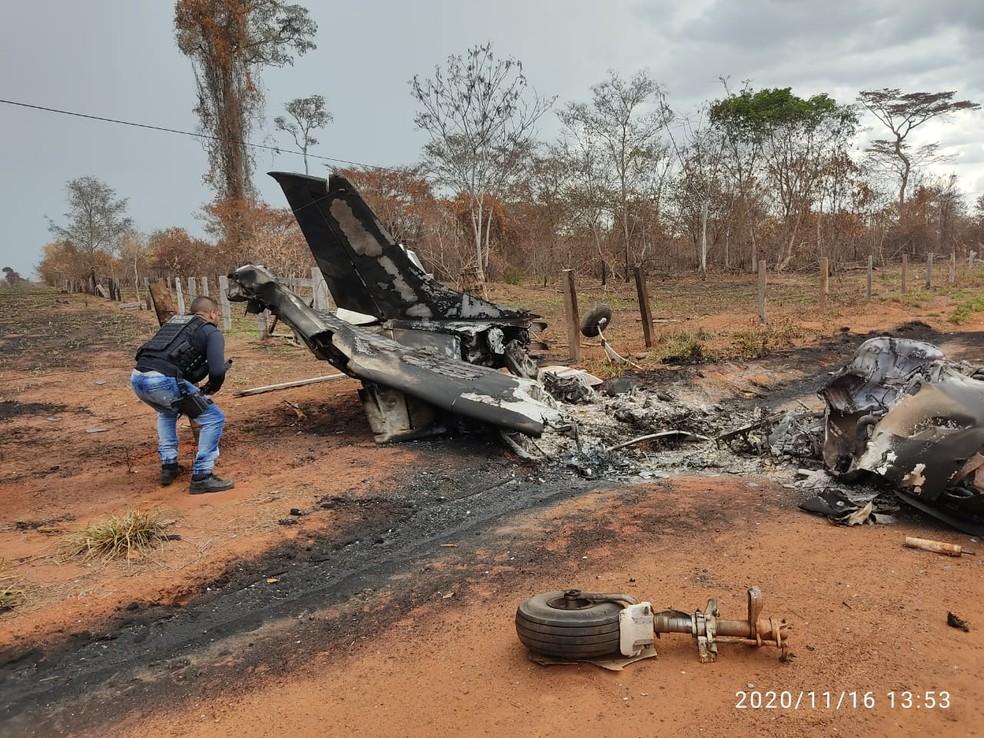 Segundo a Polícia Civil, a aeronave, de bandeira boliviana, bateu em um poste e pegou fogo — Foto: Polícia Civil de Mato Grosso