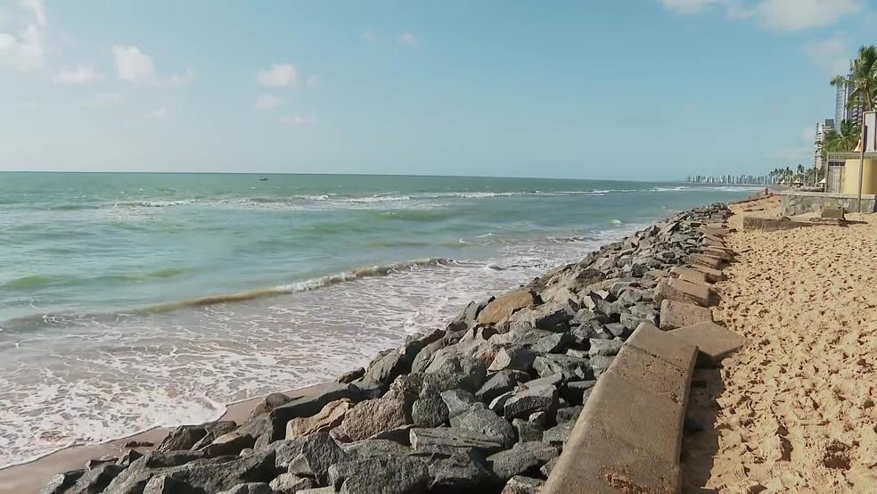 Pedras foram colocadas para conter avanço do mar na Praia de Boa Viagem, na Zona Sul do Recife — Foto: Reprodução/TV Globo