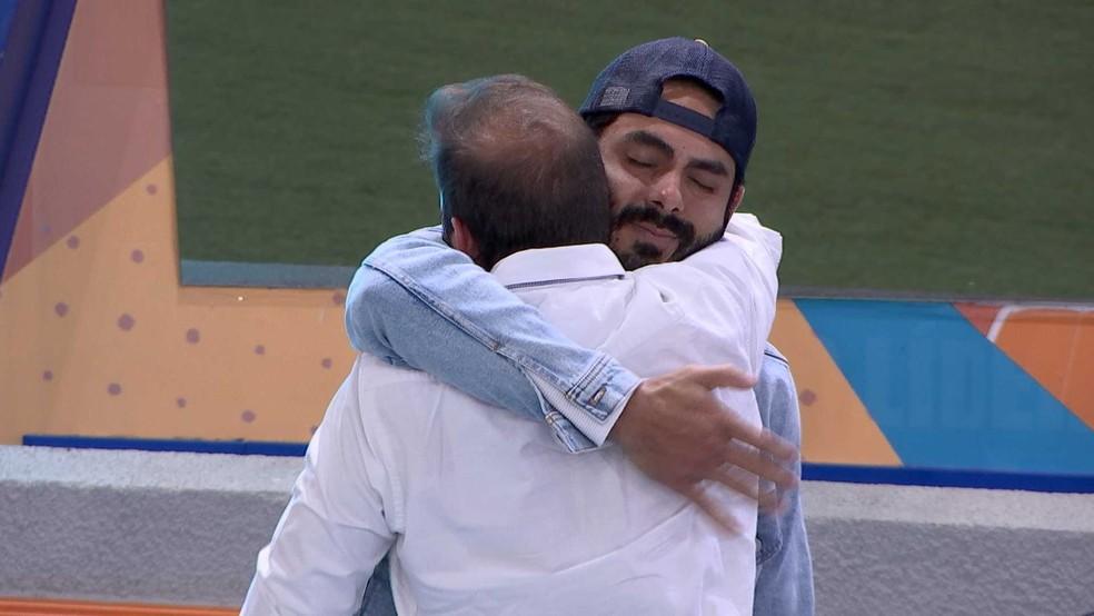 BBB21: Rodolffo e Caio deram um abraço emocionado — Foto: Globo