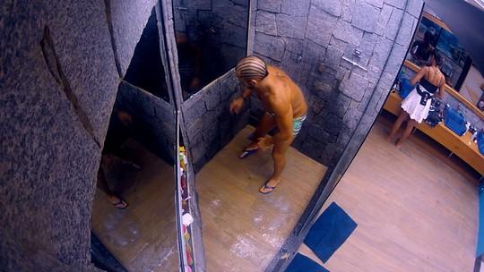Kaysar rebola com 'Automaticamente' durante último banho no BBB18