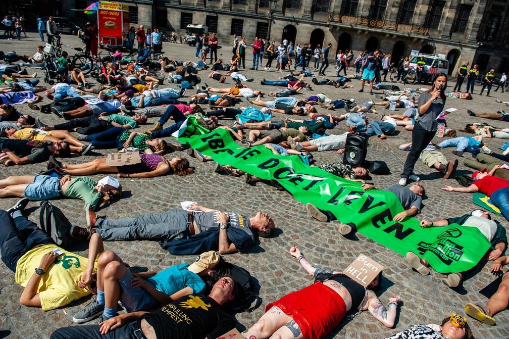 Manifestantes deitaram nas ruas de Amsterdã, na Holanda, nesta sexta-feira (23), para pedir a preservação da Amazônia. — Foto: Romy Fernandez/AFP