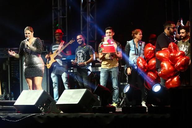 Marília Mendonça comemorando o aniversário no palco do Festival de Inverno 2018  (Foto: Roberto Filho/Brazil News)