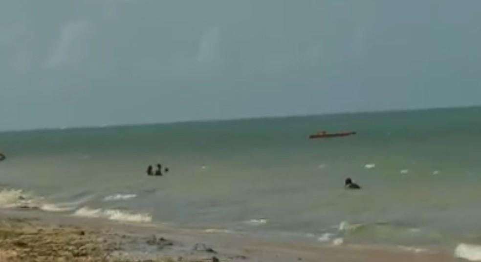 Banhistas descumprem determinação e entram no mar de Paulista — Foto: Reprodução/TV Globo
