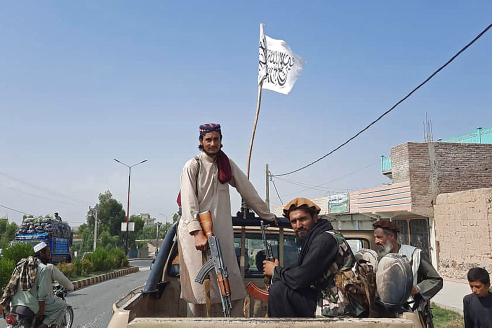 Membros do Talibã na província de Laghman, Afeganistão, em 15 de agosto de 2021 — Foto: AFP