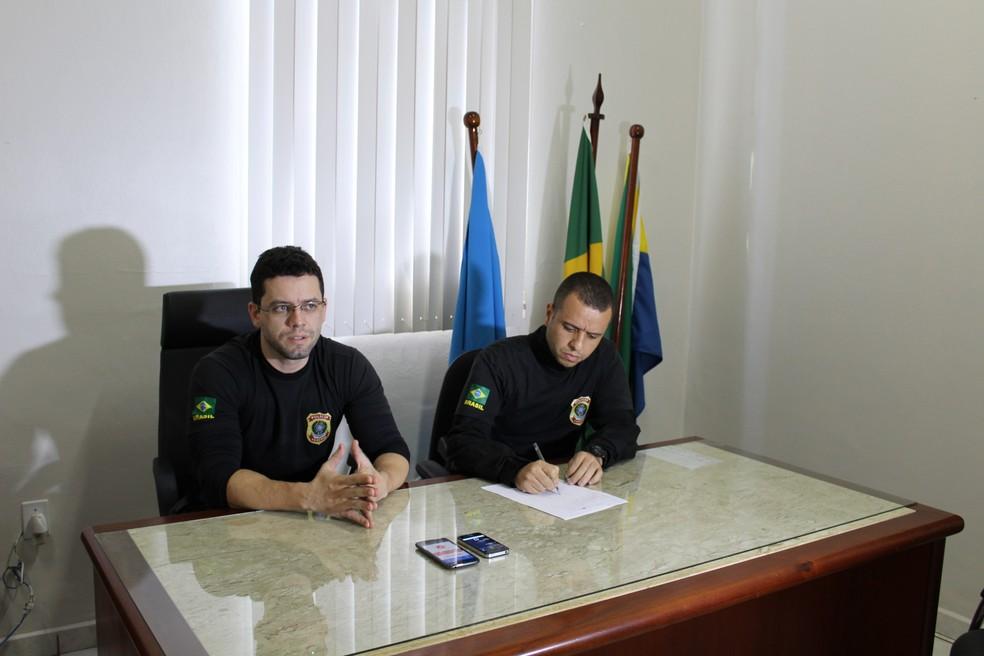 Delegados da PF, Heliel Martins (à esquerda) e Mateus Arcas (à direita) falam sobre os detalhes da Operação Superbia (Foto: Júnior Freitas/G1)
