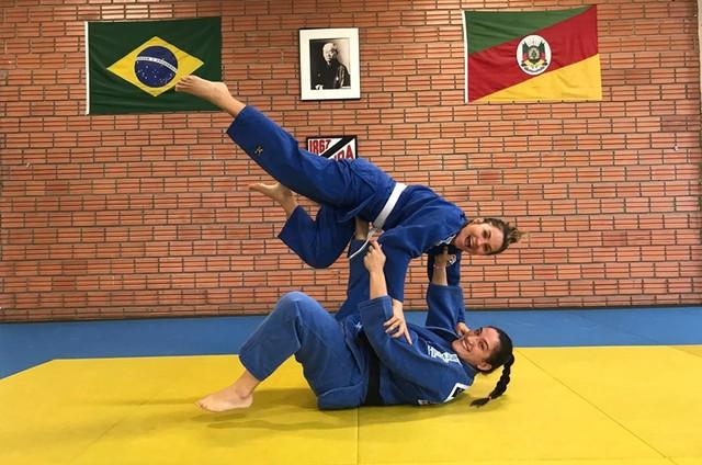 Juliana Sana gravou com a judoca Mayra Aguiar para a série 'Mulheres espetaculares' (Foto: Divulgação)