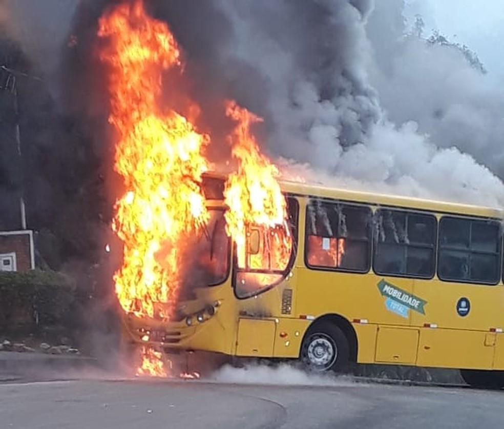 Corpo de Bombeiros foi acionado para conter as chamas em Jundiaí (SP) — Foto: Isabel Nunes/Arquivo Pessoal