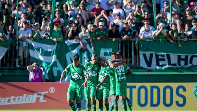 Chapecoense comemora o gol de Leandro Pereira