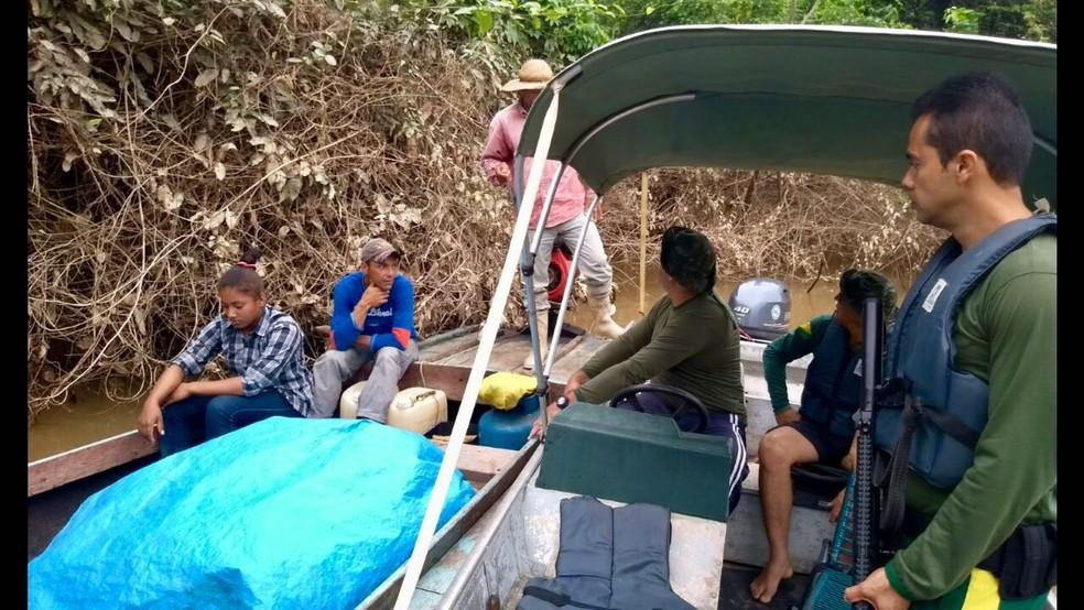 Mais de 30 pessoas e dez embarcações foram abordadas durante operação em rios no Acre (Foto: Divulgação/PM-AC)