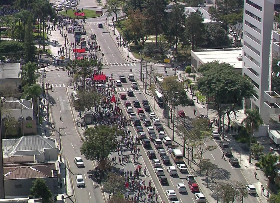 CURITIBA, 12h55: Ato parou o trânsito na Avenida Cândido de Abreu, no Centro. — Foto: Reprodução/RPC