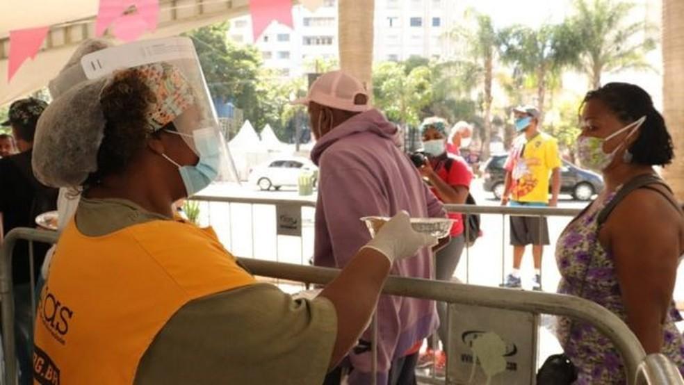 Fransciscanos distribuem 2400 refeições por dia no largo São Francisco, no centro de São Paulo — Foto: Divulgação