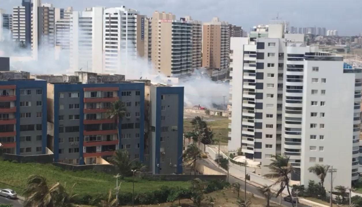 VÍDEO: Incêndio atinge vegetação no bairro de Jardim Armação, em Salvador