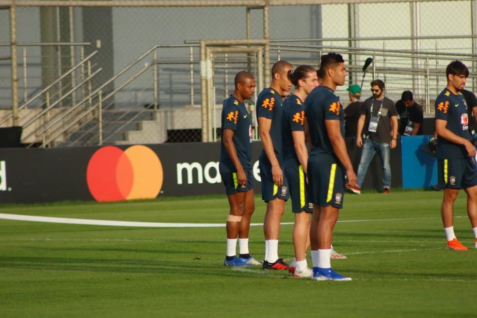 Fernandinho participa da roda de bobinho no aquecimento da seleção brasileira — Foto: Diego Guichard