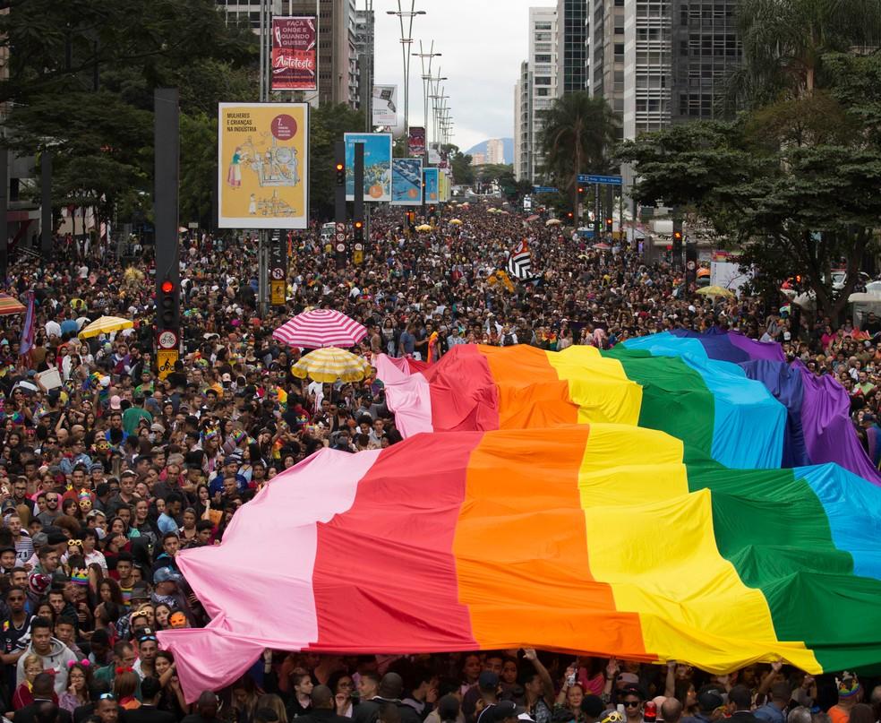 Público estende bandeira durante a 22 ª Parada LGBT na Paulista (Foto: Bruno Rocha/ Fotoarena/ Estadão Conteúdo)