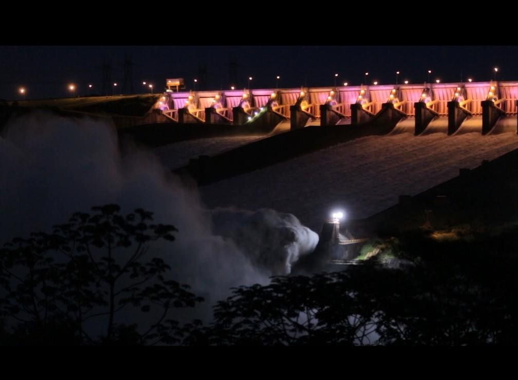 Durante as três horas, o vertimento médio foi de 7,5 mil metros cúbicos de água por segundo na Usina de Itaipu. (Foto: Usina de Itaipu/Divulgação)