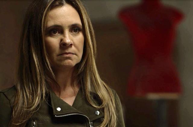 Depois de sequestrar o filho de Rosa (Leticia Colin), Laureta (Adriana Esteves) será presa. Na cadeira, a vilã terá mordomias: ganhará uma quentinha de salada de lagosta e uísque (Foto: TV Globo)