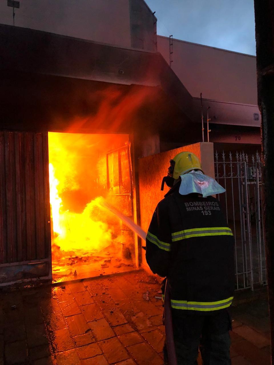 Garagem usada como depósito pega fogo em São Sebastião do Paraíso, MG