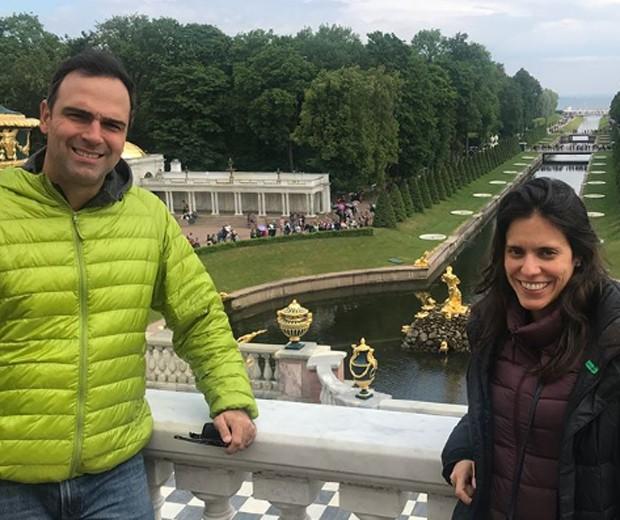 Tadeu Schmidt e a mulher, Ana Cristina, em São Petersburgo (Foto: Reprodução/Instagram)