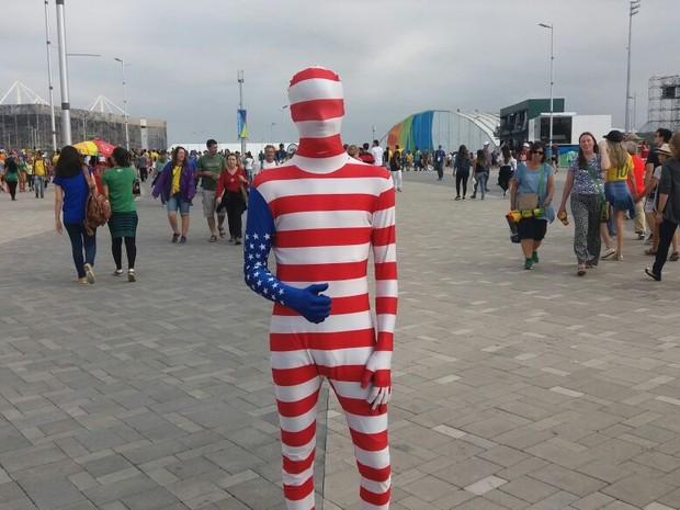 Americano se vestiu dos pés à cabeça com a bandeira de seu país no Parque Olímpico (Foto: Cristina Boeckel/G1)