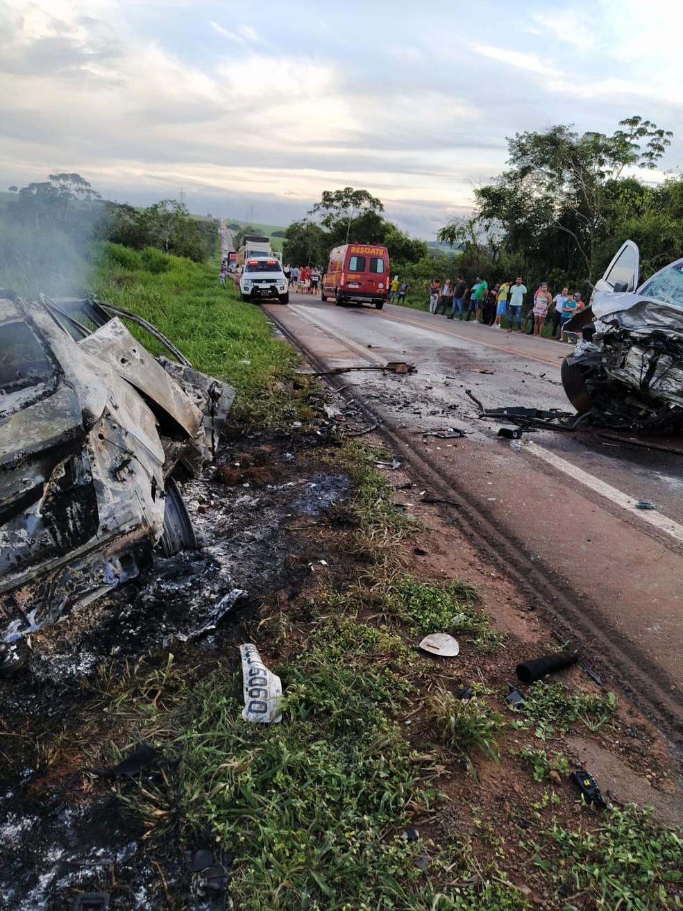 Motorista morreu carbonizado após carro pegar fogo em batida com caminhonete na BR-163 — Foto: Corpo de Bombeiros de Sinop/Divulgação