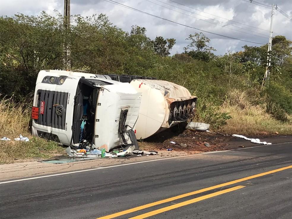 Veículo tombou e derramou carga de combustível na BR-406, na Grande Natal — Foto: Ayrton Freire/Inter TV Cabugi