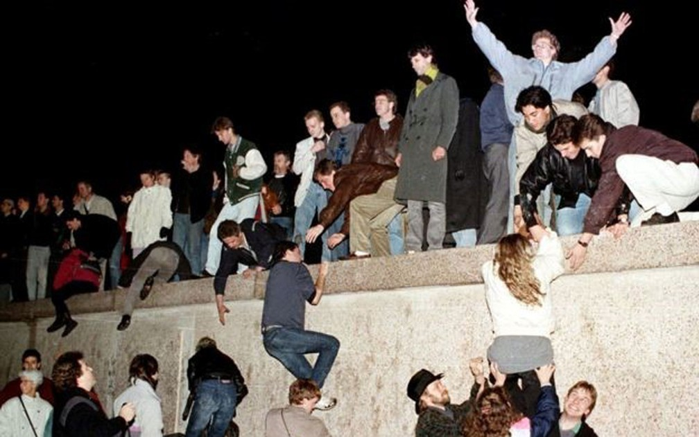 East Berliners climbed the Wall on November 9, 1989, knocking down the Iron Curtain in Germany - Photo: Reuters / BBC