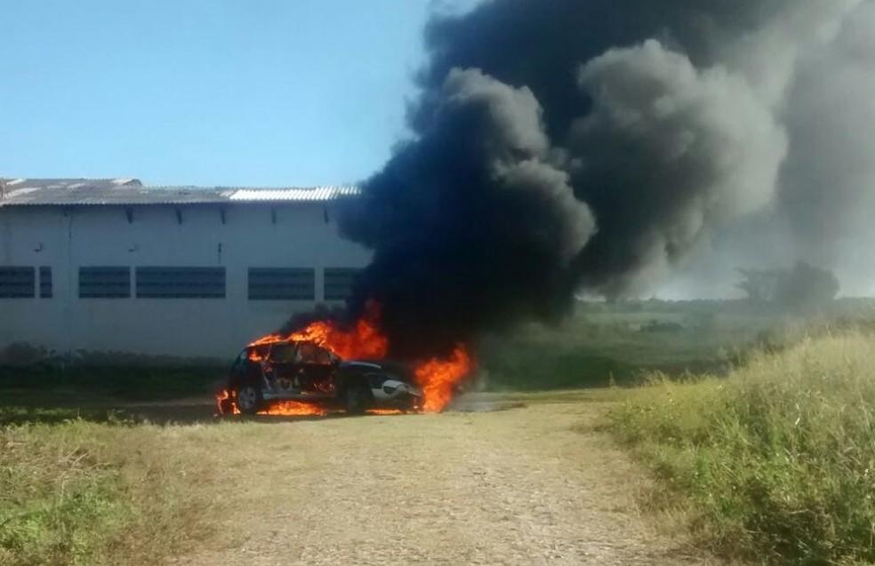 Carro da nova forta policial do Ceará é destruído pelas chamas (Foto: Arquivo pessoal)