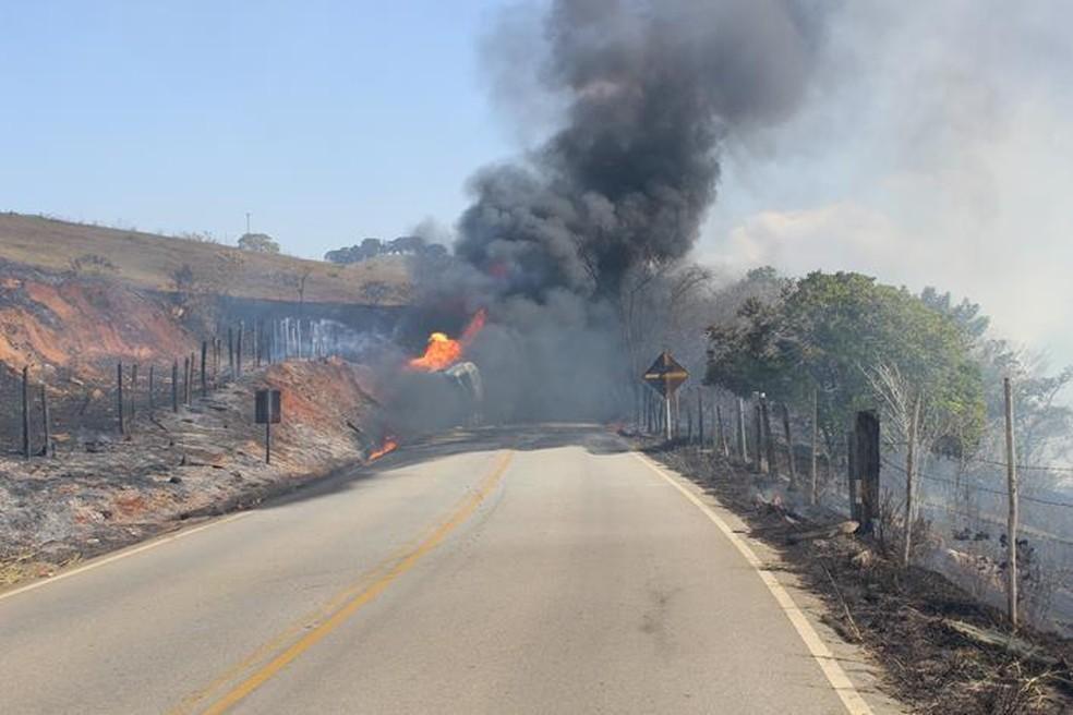 -  Carreta com combustíveis pegou fogo entre Miraí e Muriaé na terça-feira  10   Foto: Silvan Alves/Divulgação