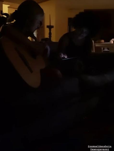 Manu Gavassi canta para os amigos em Ilha particular (Foto: Reprodução instagram)